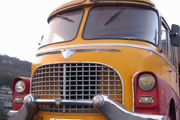 r novation d 39 un v hicule de cirque de 1957 par la carrosserie hangard. Black Bedroom Furniture Sets. Home Design Ideas